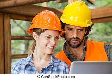 używający laptop, umieszczenie zbudowania, architekci