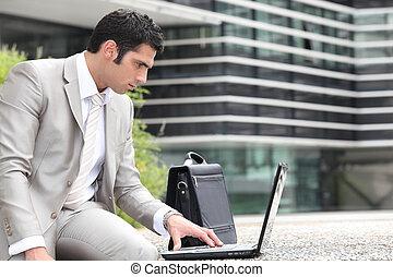używający laptop, zewnątrz, człowiek