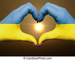 ucrania, corazón, hecho, amor, coloreado, actuación, bandera, gesto, manos, durante, símbolo, salida del sol