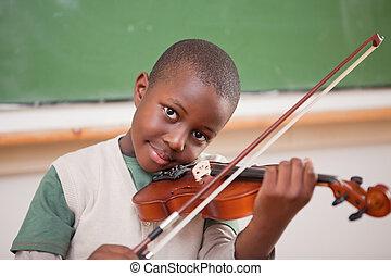 uczeń, grając skrzypce