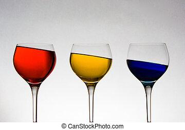 udda, wineglasses, synvinkel, färgad vätska