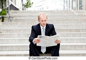 udendørs, firma, unge, avis, læsning, mand