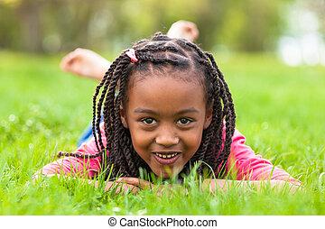 udendørs, -, folk, liggende, sort pige, cute, derned, portræt, smil, afrikansk, græs, unge