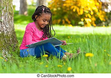 udendørs, portræt, i, en, cute, unge, sort, lille pige, læse en bog, -, afrikansk, folk