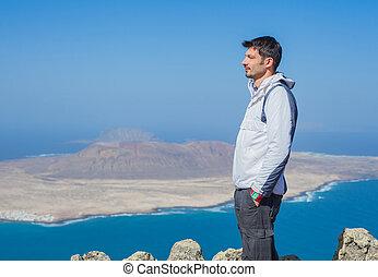udsigter, i, mand stå, på, cliff's, udkant