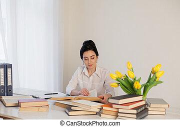 ufficio affari, libro, tavola, lettura ragazza