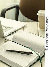 ufficio, caffè, roba, tazza, blocco note, spazio, laptop, work-table., penna, carta, nero, copia, aperto