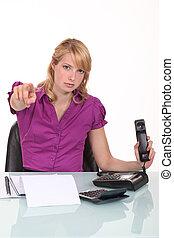 ufficio, indicare, arrabbiato, lavoratore, macchina fotografica, dito