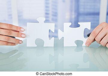 ufficio, persone affari, pezzi jigsaw, accoppiamento