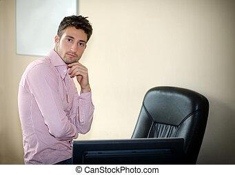 ufficio, seduta, giovane, fiducioso, scrivania, uomo affari