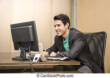 ufficio, seduta, giovane, scrivania, uomo affari, sorridente, bello