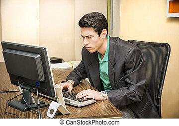 ufficio, seduta, scrivania, giovane, uomo affari, serio