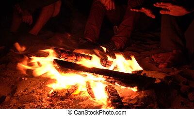 uhd, groupe, séance, amis, pendre, feu camp, 4k, plage nuit, dehors.