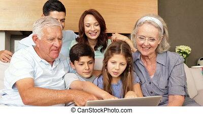 uitgebreide familie, gebruik, de, draagbare computer