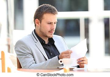 uitvoerend, lees een brief, in, een, coffeeshop