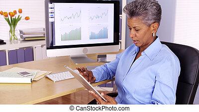 uitvoerend, senior, black , businesswoman, doorwerken, tablet, op het bureau