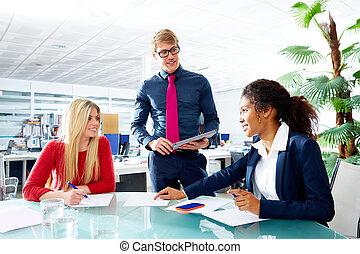 uitvoerend, zakenlui, teamvergadering, op, kantoor