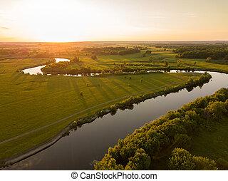 (ukraine), cima, rodeado, árboles, praderas, río, su, bancos...