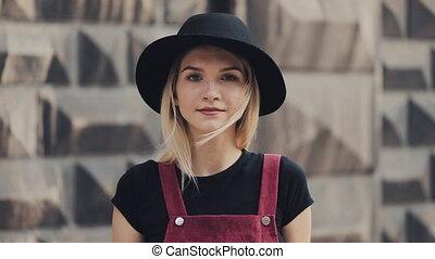 ulica, młody, chodząc, tokarski, kapelusz, miasto, głowa, dziewczyna uśmiechnięta, blond, aparat fotograficzny, reputacja, portret, czarnoskóry, ostry, nos