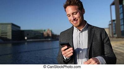 ulica., miasto, człowiek, używając, okręg, smartphone, ...