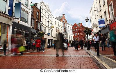 uliczne ludzie, pochmurny, szybko, chodzenie, pogoda, wąski, mały