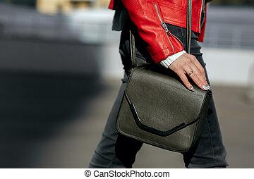 uliczny fason, concept., kobieta, w, szykowny, strój, dzierżawa, czarna skóra, purse., przestrzeń, dla, tekst