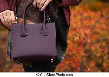 uliczny fason, concept., szykowny, kobieta dzierżawa, burghundy, skóra, purse., przestrzeń, dla, tekst