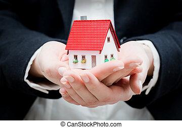 um, agente propriedade imobiliária, segurando, um, pequeno, casa nova, em, dela, mãos