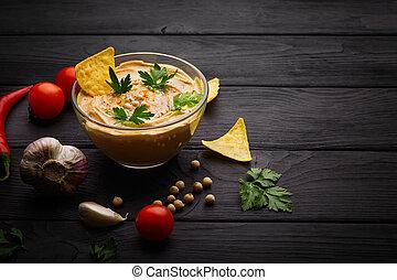 um, bonito, composição, de, nutritivo, hummus, e, vegetables., árabe, prato, com, nachos, ligado, um, pretas, madeira, experiência., cópia, space.
