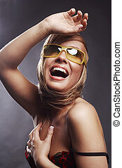 um, bonito, jovem, loura, mulher sorri, em, óculos de sol