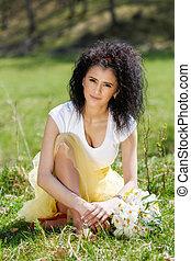 um, bonito, mulher jovem, com, um, buquê narcisos-dos-prados, em, natureza