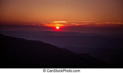 um, bonito, vista, de, a, pôr do sol, em, montanhas