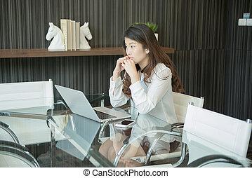 um, cansado, negócio asiático, mulher, usando, um, laptop