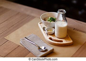 um, close-up, de, bonito, pequeno almoço, composition., um, vegetal, salada, e, um, milkshake, ligado, um, pretas, experiência., cópia, space.