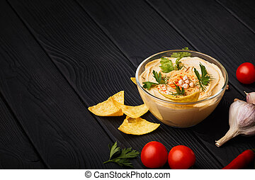 um, coloridos, composição, de, nutritivo, hummus, e, vegetables., gostoso, prato, com, nachos, ligado, um, pretas, madeira, experiência., cópia, space.