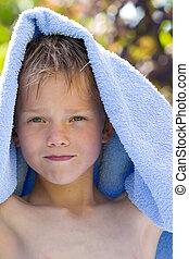 um, criança jovem, em, natureza, com, toalha