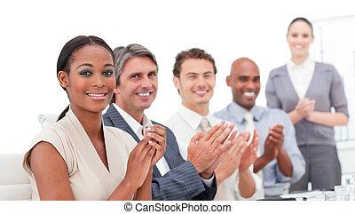 um, diverso, negócio, grupo, aplaudindo, um, bom, apresentação