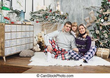 um, divertimento, família feliz, com, natal, gifts., pais, e, pequeno, bebê, tendo divertimento, perto, a, árvore natal, em, a, room., família amorosa, por, a, árvore natal