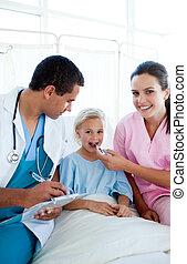um, enfermeira, levando, dela, femininas, paciente, temperatura, com, um, termômetro, em, um, hospitalar