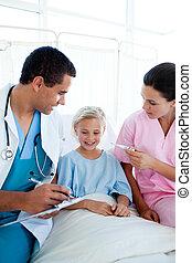 um, enfermeira, levando, dela, patient\'s, temperatura, em, um, hospitalar