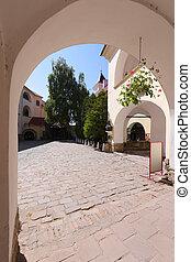 um, enorme, arco, guiando, para, a, entrada, para, um, espaçoso, área, alinhado, com, pedra