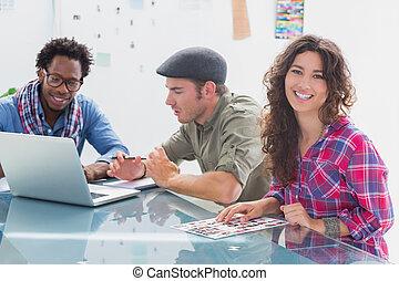 um, equipe, criativo, trabalhando, sorrindo, câmera, junto