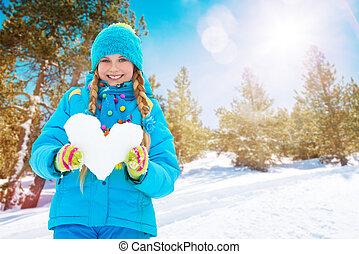 um, feliz, menina, com, coração, feito, de, neve