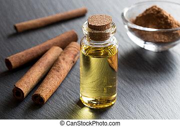 um, garrafa, de, canela, óleo essencial, com, varas canela