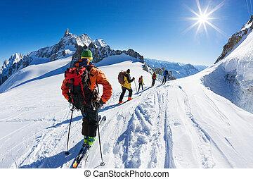 um, grupo, de, esquiadores, início, a, descida, de, vallée, blanche, a, maioria, famosos, offpist, corrida, em, alpes