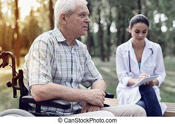 um, homem idoso, em, um, cadeira rodas, perto, um, médico feminino, em, um, verão, parque