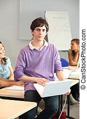 um, homem jovem, em, escola, com, seu, laptop