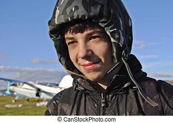 um, homem jovem, em, um, capacete