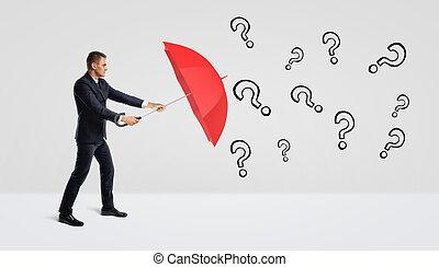 um, homem negócios, cobertura, mesmo, com, um, abertos, guarda-chuva vermelho, de, muitos, pretas, desenhado, pergunta, marks.