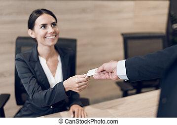 um, homem negócios, em, um, estrito, terno negócio, cumprimenta, a, secretária, com, seu, negócio, card., eles, sorrizo, em, cada, outro.